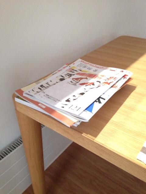 ダイニングテーブルに置きっぱなしの雑誌類
