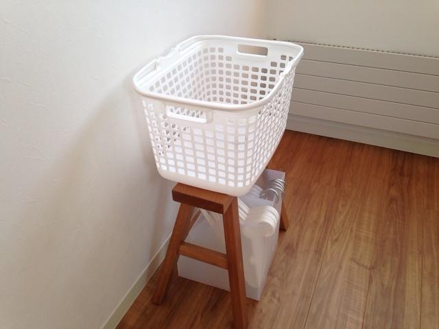 ベンチの上に洗濯カゴを