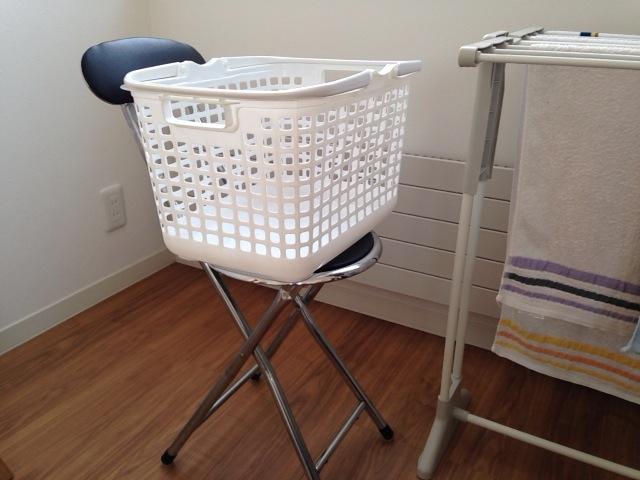 洗濯カゴ置き場のパイプ椅子