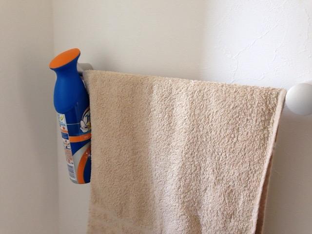 消臭スプレーはタオル掛けに