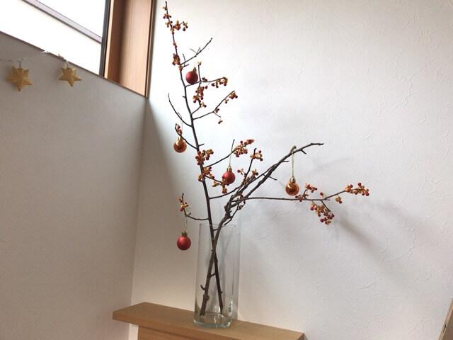 本物の木に飾りつけ